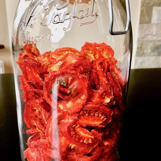 getrocknete Tomaten in Scheiben in einem Glas