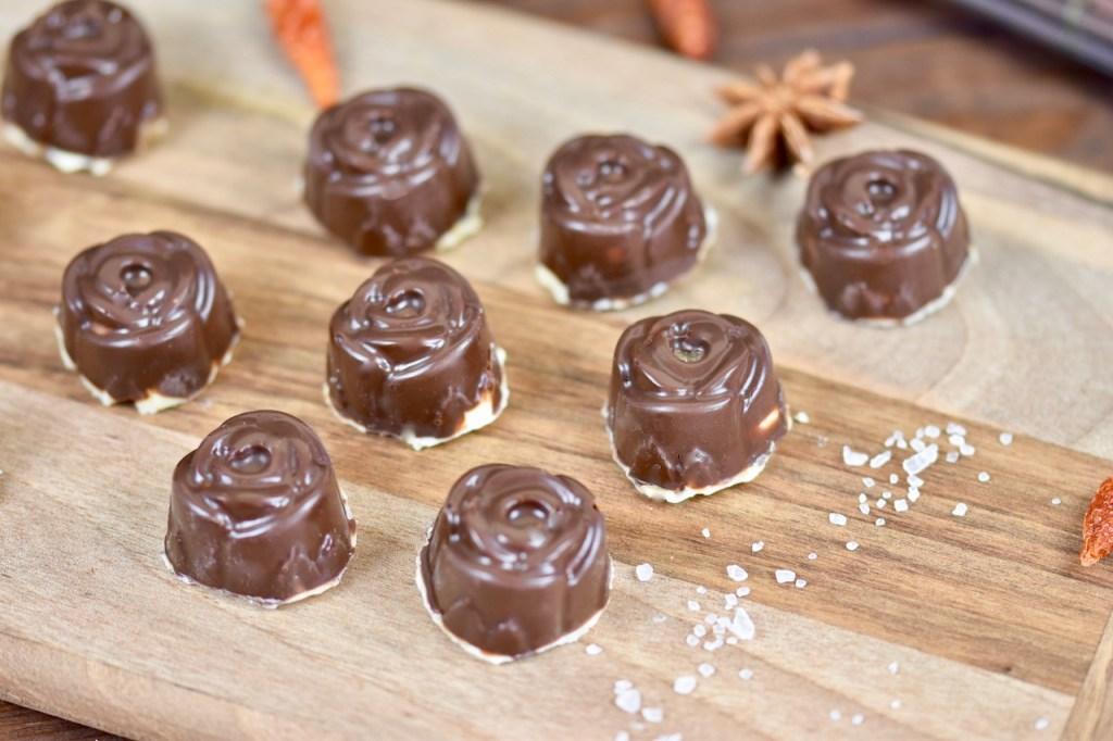 Salted Caramel Pralinen - gefüllte Pralinen - selber machen - Rezept - Weihnachten - einfach - ohne Alkohol - Zartbitterschokolade - Schokolade - vegan - Salzkaramell - in Silikonform