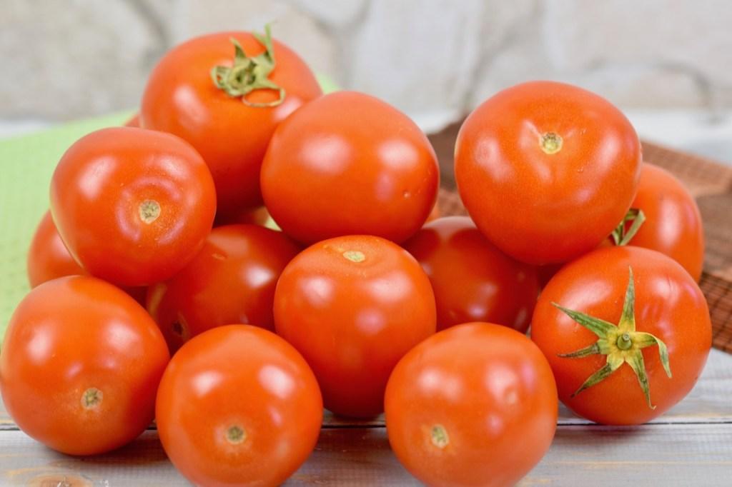 mehrere Tomaten, Hintergrund hell