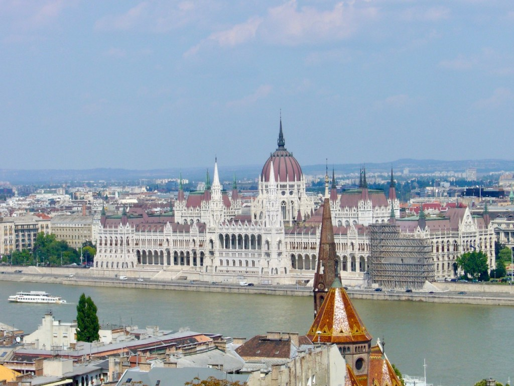 weißes Parlamentsgebäude mit roter Kuppel von oben in Budapest - Ungarn
