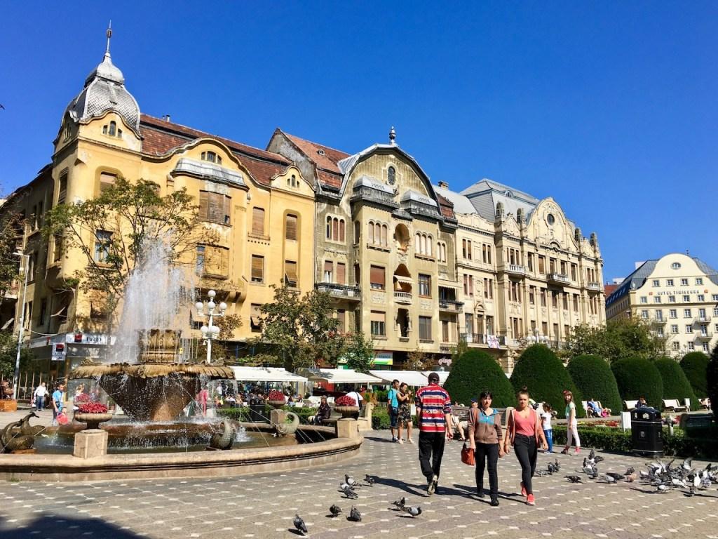 Opernplatz mit alten Häusern und Springbrunnen - Temeswar - Rumänien