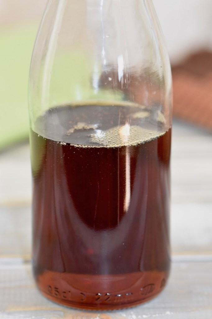 Ahornsirup in Glasflasche. Hintergrund hell.