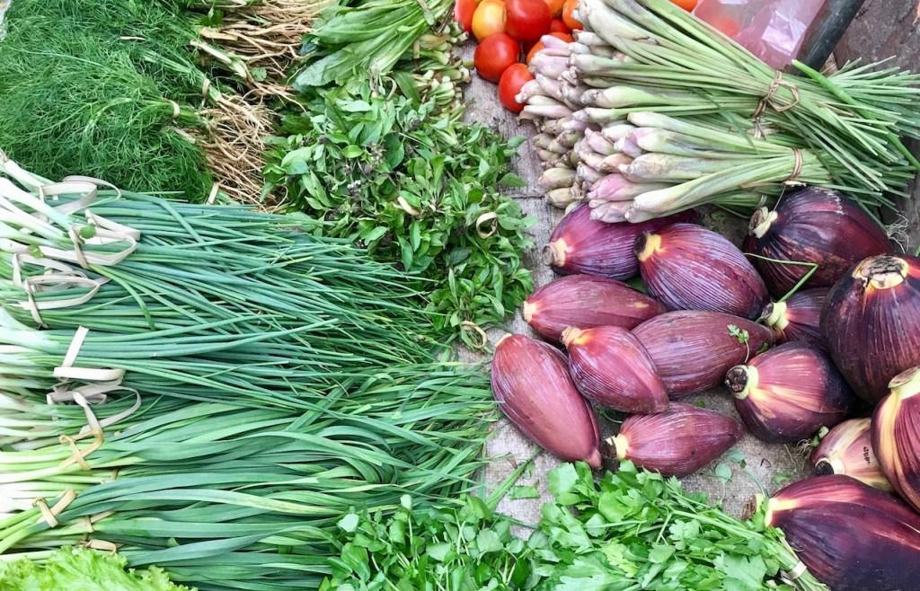 Zeit sparen beim Kochen - Marktsstand mit asiatischen Kräutern und Gemüse