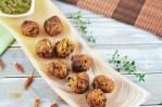 Möhren-Zucchini-Bällchen mit Jalapeño-Salsa auf länglicher Schale aus orangem Onyx.