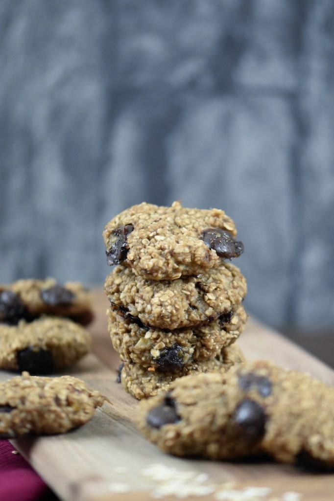 Weiche Chocolate Chip Cookies auf Holzbrett. Hintergrund dunkel.
