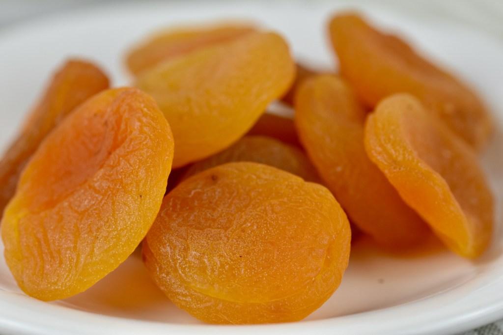getrocknete Aprikosen auf weißem Teller