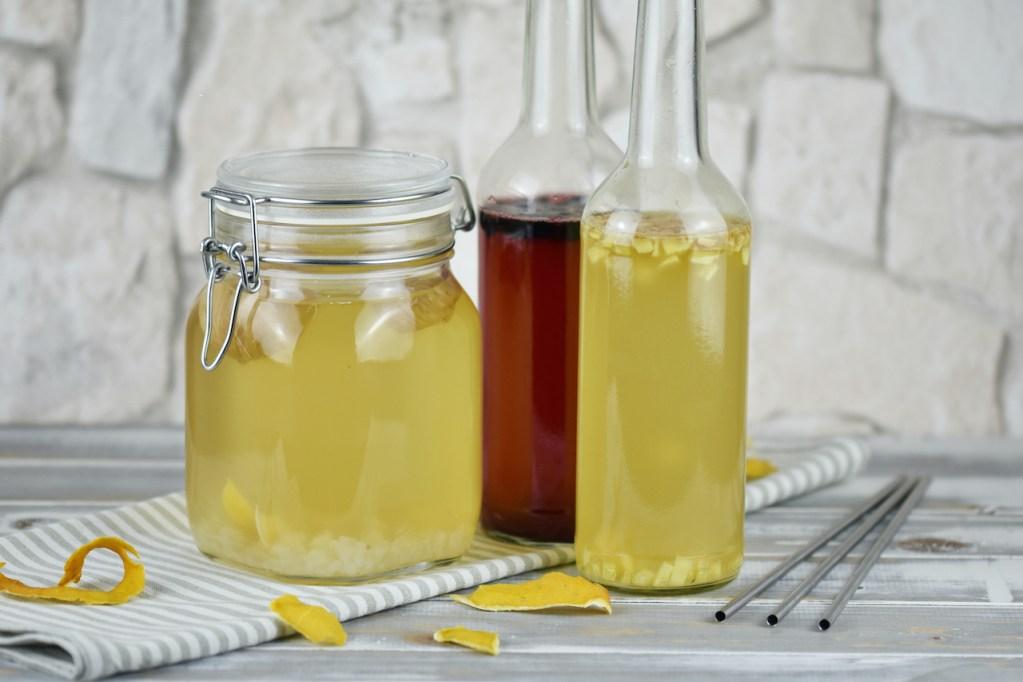Wasserkefir im Einmachglas und in 2 Flaschen. Im Einmachglas ist der Ansatz und in den Flaschen die Zweitfermentation. In einer Flasche ist Ingwer und in einer sind Blaubeeren zugesetzt.