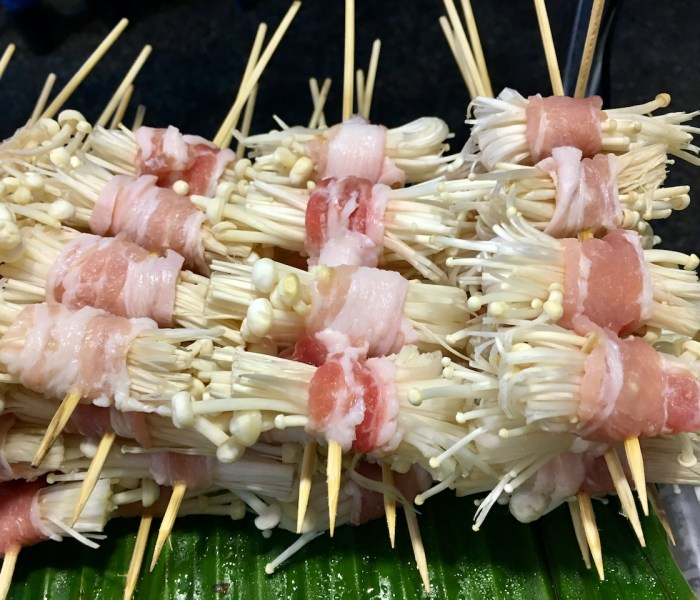 mit Speck umwickelte Pilze - Streetfood in Chiang Mai