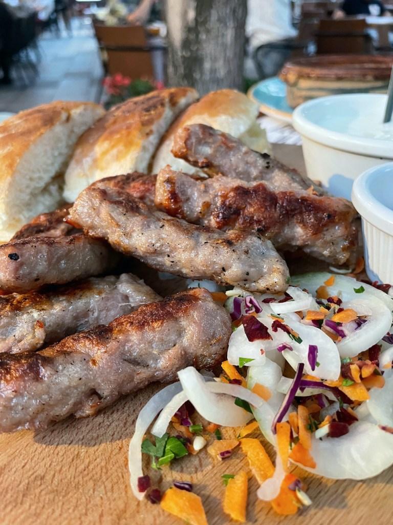 Essen und Trinken in Mazedonien - Kebapi mit Brot und Zwiebeln