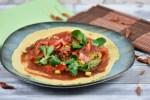 Vegane Burritos mit knusprigen Blumenkohlwings belegt aber noch nicht aufgerollt.