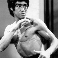 Los clones de Bruce Lee (1981) - Bruce Lee al cubo y un chino con tetas