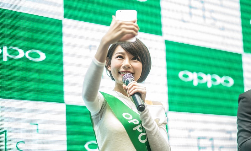 min-chen-demonstrating-her-favourite-selfie-tips-using-f1s-the-beautif-e1471913533906