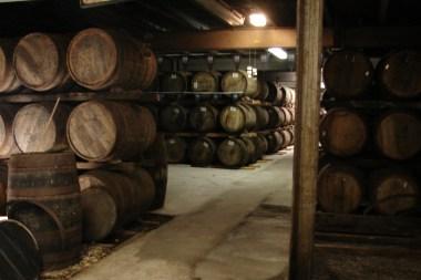 Tradycyjny dunnage warehouse, piwnica, klepiskowa podłoga, beczki układane po 3 w pionie