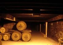Tradycyjna klepiskowa podłoga, wilgotność i niska temperatura sprzyjają bardzo długiemu leżakowaniu whisky