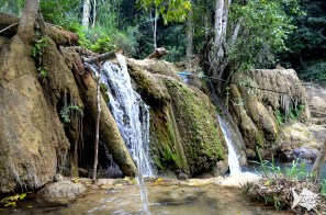 Tad Sae falls pour over beautiful limestone formations
