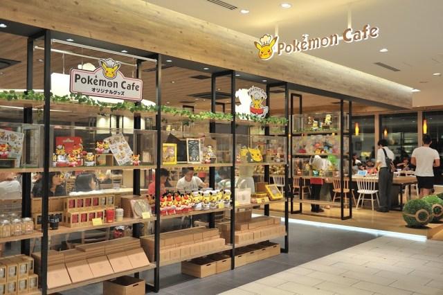 一進門的左手邊就可以看到大大的Pokémon Café招牌,左邊還有很多的寶可夢咖啡廳週邊產品。