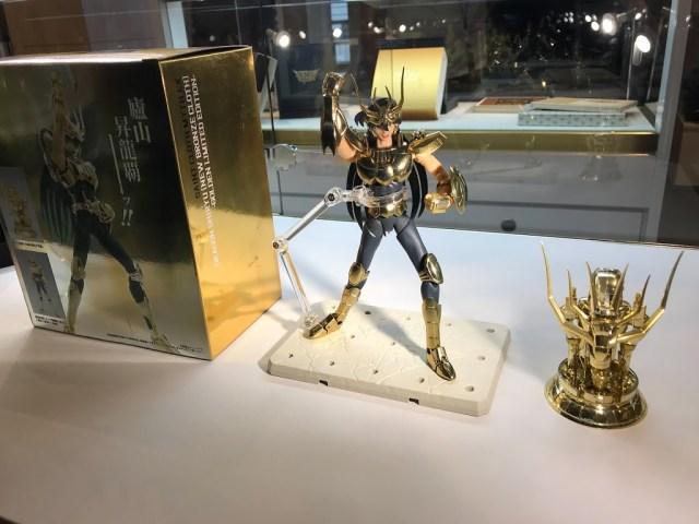 週邊商品區有販售黃金版的天龍座紫龍。