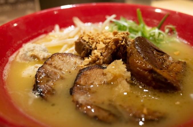 如果你已經吃膩了豚骨湯頭的拉麵,建議可以來試試鳥人拉麵 Totto Ramen的濃郁雞白湯頭,還有大塊厚切叉燒,絕對會給你一種新的拉麵體驗。