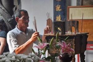 Věřící ve chrámu v Tainanu