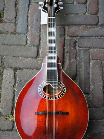 Eastman MD604 – Classic – A-Stylee Oval Hole Classic Mandoline Including K&K Pickup