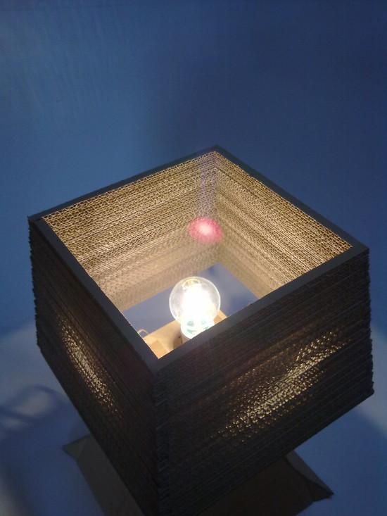 lampa-biurko-7 - z tektury, z kartonuprojekt lampy z kartonu, lampa z dziurami, niesamowite efekty
