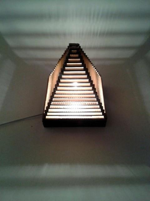 Lampa piramida z tektury - 7.jpg