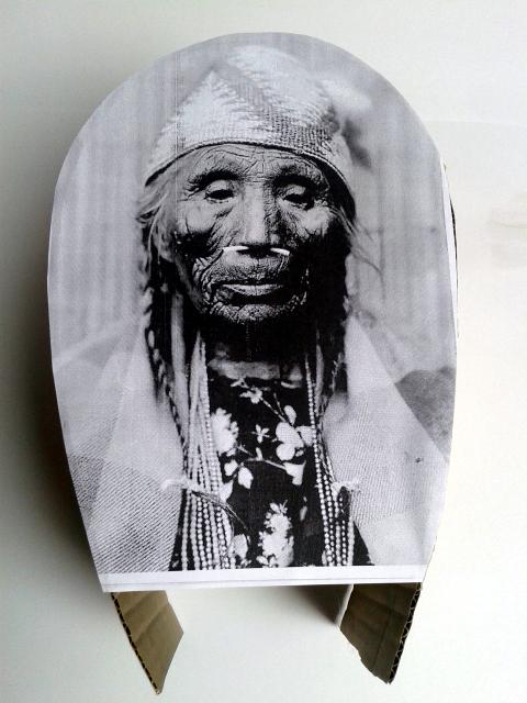 lampa-twarz-z-kartonu-1