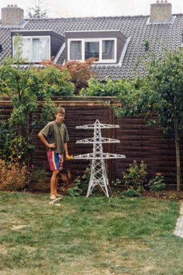 Tom Börger met voltooid schaalmodel ZL-MEE in de achtertuin