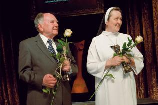 Prof. Zbigniew Chłap isiostra Józefina Grabowska – laureaci V Międzynarodowej Nagrody Zaufania 2010