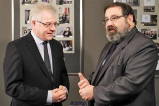 Minister Jacek Czaputowicz rozmawia zwspierającym międzynarodowe działania Nagrody, ministrem Krzysztofem Stanowskim