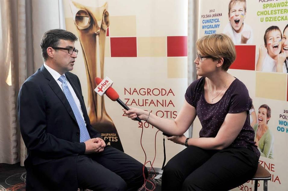 """Paweł Kruś udziela wywiadu wczasie konferencji """"Sprawdź cholesterol udziecka!"""" (2013)"""