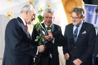 Prof. Jerzemu Szaflikowi statuetkę wręczają: dr Stanisław Karczewski (marszałek Senatu RP) iJarosław Pinkas