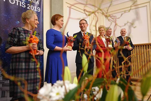 Nagrodzeni Bykami Zdrowia 2019: (od lewej) posłanka Barbara Czaplicka, posłanka Lidia Gądek, poseł Krzysztof Ostrowski, posłanka Beata Małecka-Libera, Marszałek Senatu Stanisław Karczewski, senator Waldemar Kraska