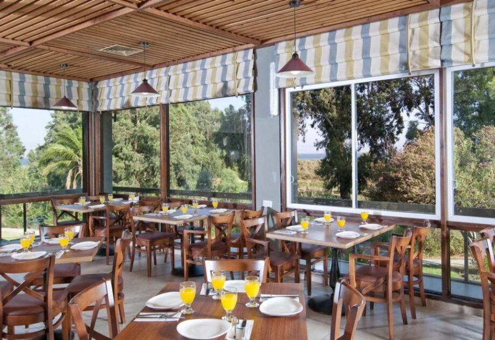 חדר האוכל במלון קיבוץ חוף גינוסר