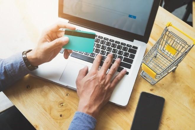 Płacenie kartą w internecie jest bezpieczne, o ile przestrzega się kilku istotnych zasad!