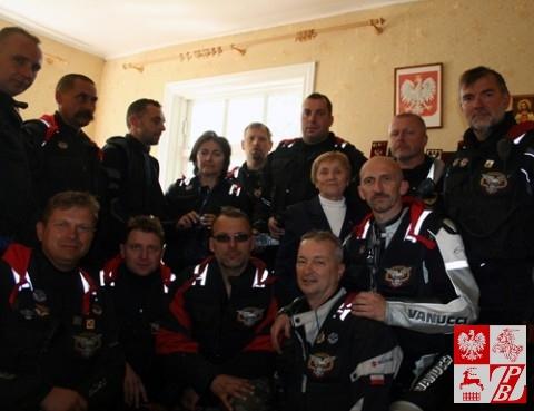 Wspólne zdjęcie rajdowców z panią kapitan Weroniką Sebastianowicz na tle Orła Białego