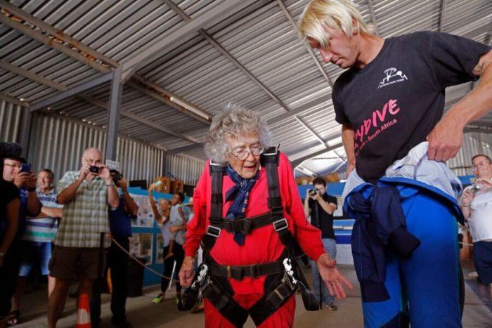 100-летняя парашютистка Джорджина Харвуд