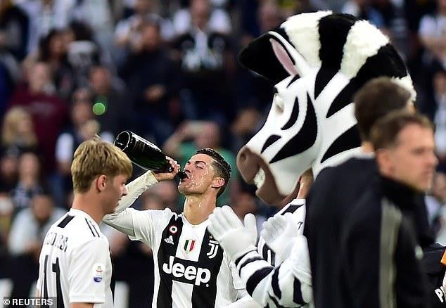 Ronaldo an mung phan khich trong ngay gianh Scudetto hinh anh 3