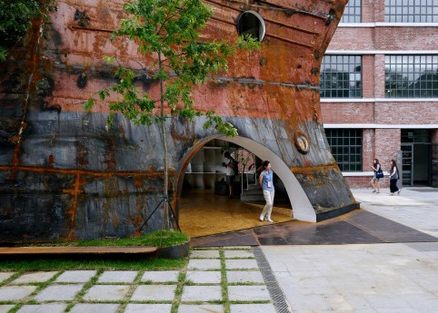 templ-shinslab-temporary-temple-seoul-south-korea-museum-courtyard-recycled-cargo-ship-parts_dezeen_1568_8