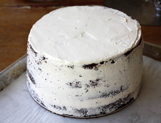 How to crumb coat a cake (video) | Photo by Zoë François