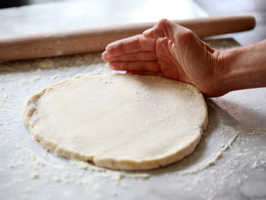 The best apple pie recipe - rounding out the edges of the pie crust dough | photo by Zoë François