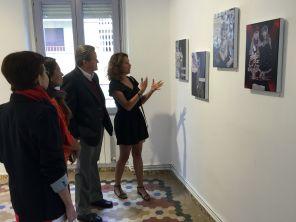 La autora de la exposición explica al Embajador de Honduras algunas de sus obras.
