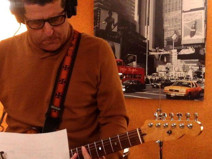 Pepe Lomo grabando la guitarra