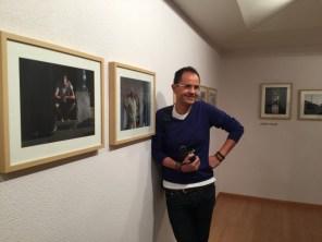 Enrique Carrascal junto a sus fotografías del Barrio de la Vega