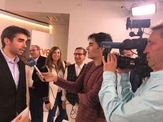 David Gómez atendiendo a los medios en RTVE