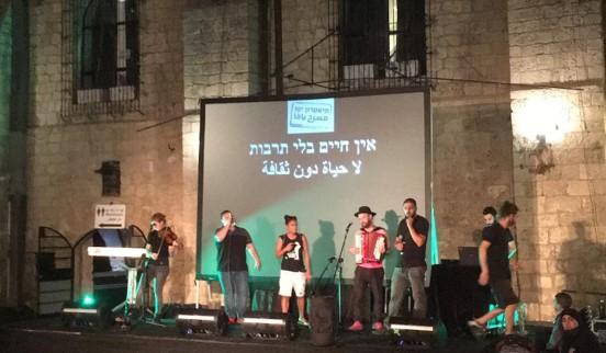 שירי המשורר הקומוניסטי אלכסנדר פן בערב מחאת האמנים בתיאטרון יפו