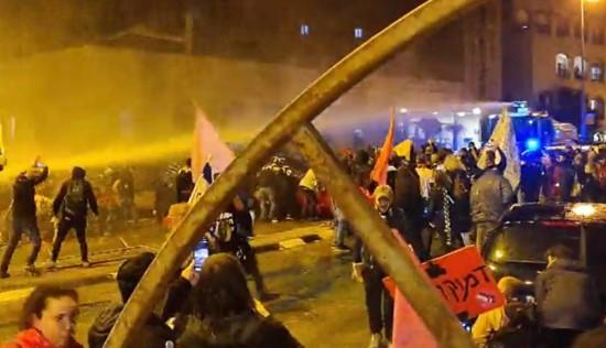 """אלימות קשה של המשטרה כלפי המפגינים נגד רה""""מ נתניהו בירושלים"""