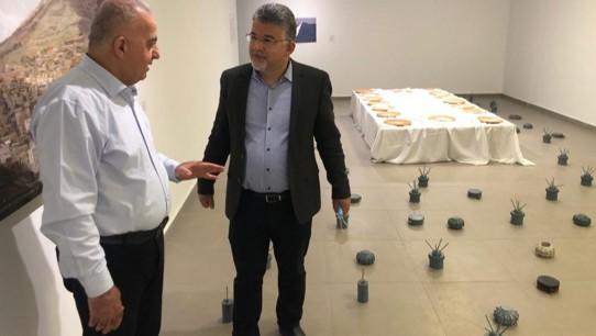 """שר התרבות ביטל ביקור בגלריה לאמנות אום אל-פחם בגלל הזמנת ח""""כ ג'בארין"""