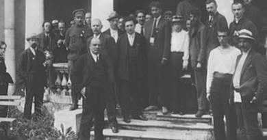 הקונגרס השביעי של האינטרנאציונל השלישי התקיים ב-25 ביולי 1935 בסימן מאבק בעליית הנאציזם הגרמני