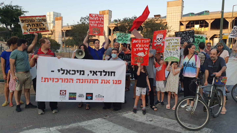 """פעילי """"אנחנו העיר"""" ותושבים דרשו לפנות את התחנה המרכזית בהקפות למיטוט חומותיה"""